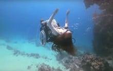 Sue Austin fait de la plongée en vidéo… et en fauteuil roulant!