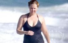 Amy Schumer pose en maillot de bain contre les trolls