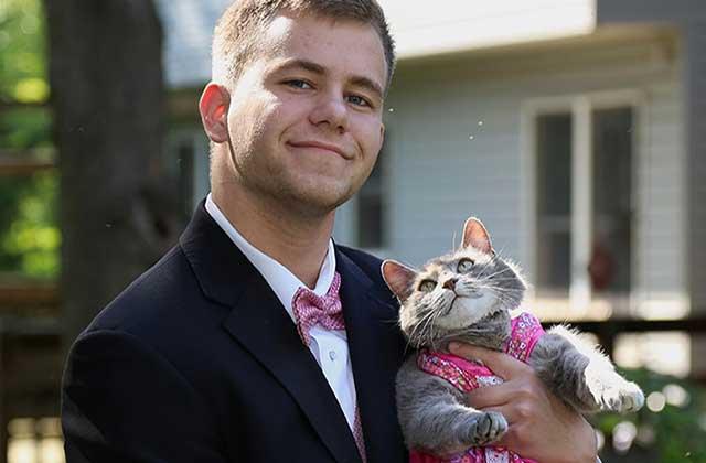Pas de cavalière pour le bal de promo? Pas grave: emmène ton chat!