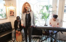 Izzy Bizu interprète son titre « White Tiger » en acoustique