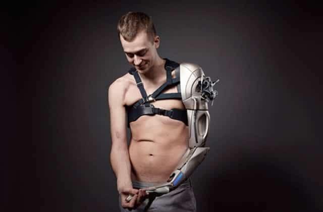 « Metal Gear man », le passionné de jeu vidéo avec un bras robot inspiré de « Metal Gear Solid»