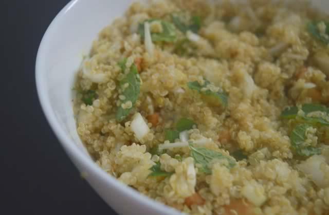 Salade de quinoa à la menthe et aux noix de cajou—Recette rafraîchissante