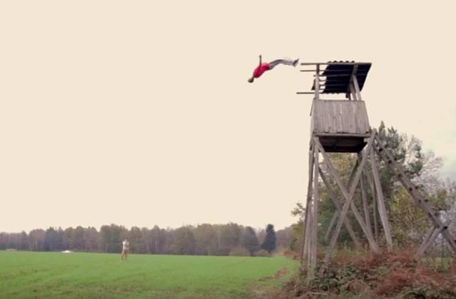 Dominik Sky, le mec qui faisait des saltos arrière en sautant du haut d'une tour de guet