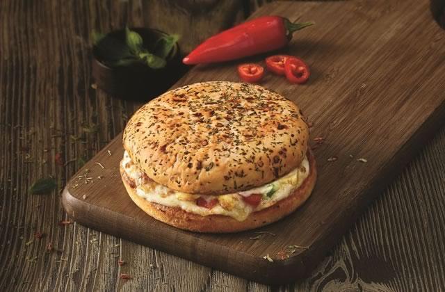 Le burger pizza, nouvel hybride du gras chez Domino's
