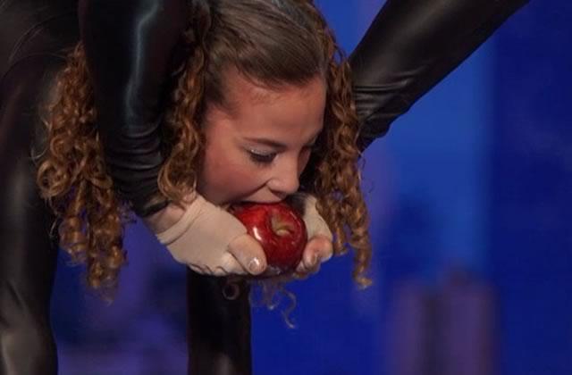 Sofie Dossi, la contorsionniste qui mange une pomme avec ses pied d'«America's Got Talent»