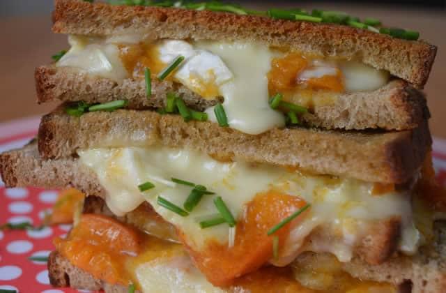 Grilled cheese au chutney d'abricots et au brie—Recette qui défonce