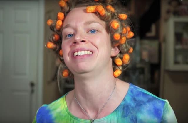 Bouclons-nous donc les cheveux avec des Cheetos, puisque tout part en sucette — WTF Beauté