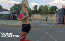 Sarah Constantin court seins nus pour «L'Émission d'Antoine» sur Canal+