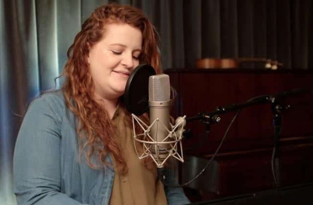 Frances interprète Say It Again, une session piano-voix envoûtante