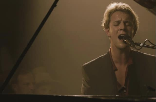 Tom Odell reprend « True Colours » en acoustique et ça donne des frissons