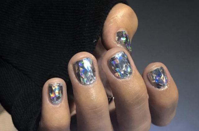Le nail-art qui brille de mille feux, parfait pour les fêtes de fin d'année