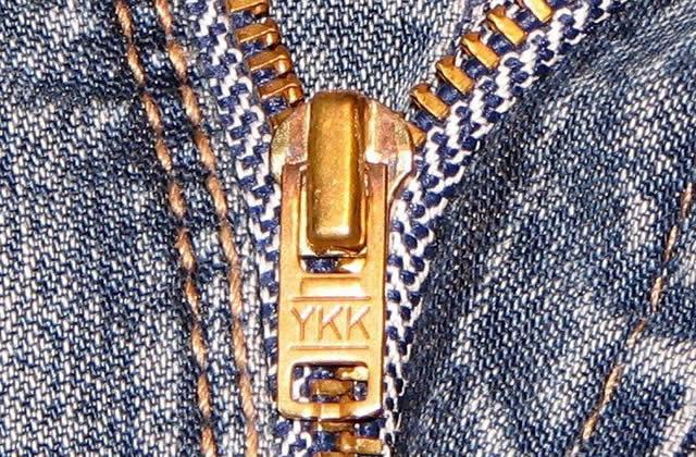 Que signifient les initiales YKK sur les fermetures Éclair des jeans?