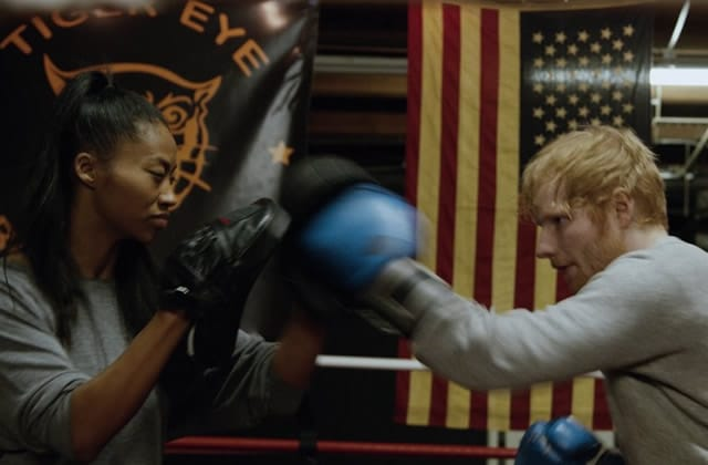 Ed Sheeran sort le clip de Shape of You, et ça tape fort (parce qu'il y a de la boxe) (tu l'as ?)