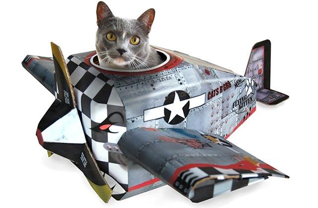 Les tanks, avions et Cadillac en carton qui rendront ton chat encore plus pourri gâté