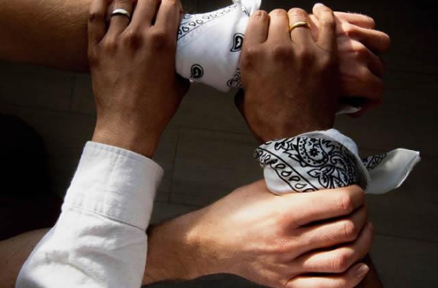 Que signifient les bandanas blancs #TiedTogether qui fleurissent sur les défilés?