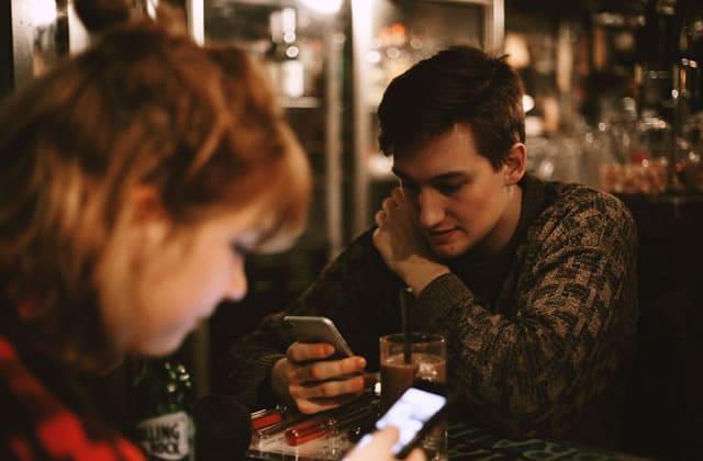 Les jeunes adultes utilisent des sites de rencontre