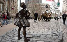 La statue de fillette à Wall Street, un «gros con», et la preuve qu'on a besoin du féminisme