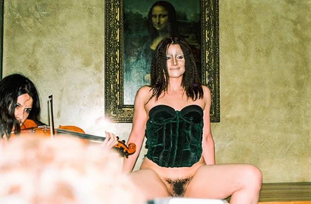 Deborah de Robertis, qui pose le sexe à l'air dans les musées, annonce « Ma chatte mon copyright»