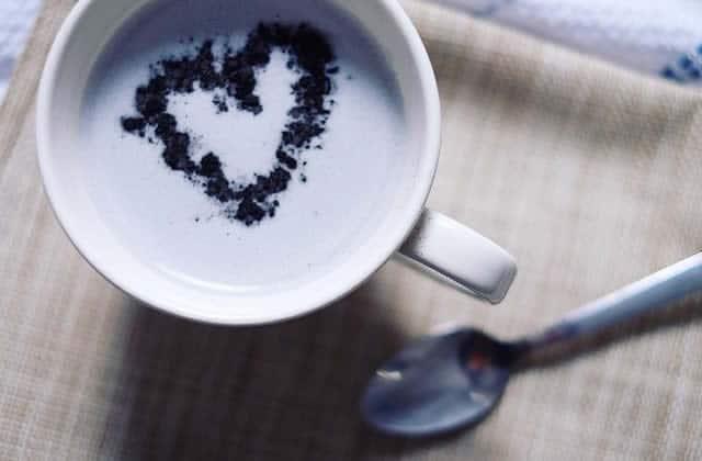 Les plus intenses d'entre nous ont enfin leur boisson : le latte gothique remplace la vibe licorne avec brio