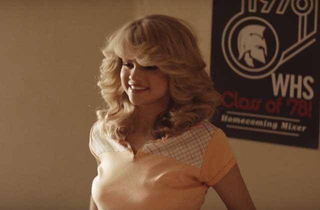 Selena Gomez sort le clip de Bad Liar, en mode années 70 et perruque volumineuse
