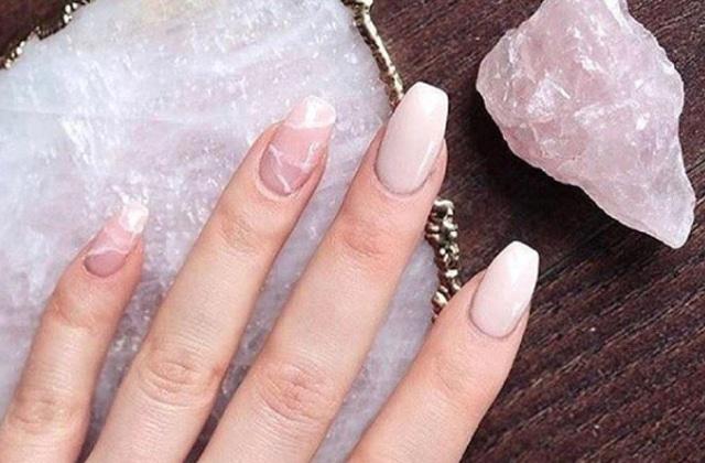 Comment adopter la manucure quartz rose, inspirée des minéraux?