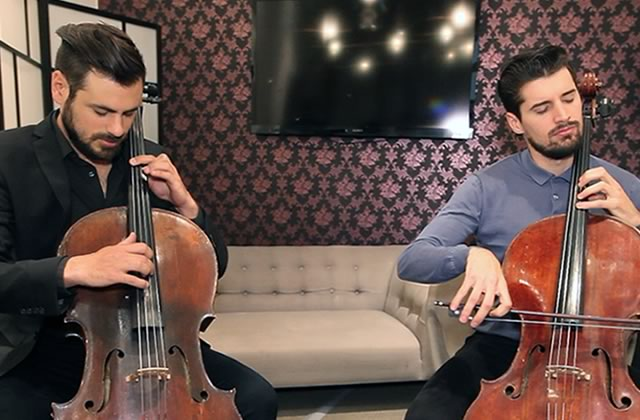 Le duo 2Cellos joue « Moon River » de Breakfast at Tiffany's