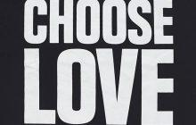 Chope-toi un t-shirt et choisis l'amour pour la Journée des réfugiés