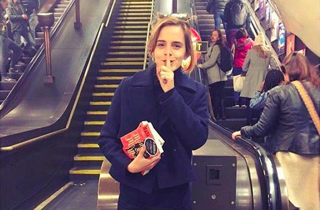 Emma Watson planque des exemplaires de La Servante Écarlate (The Handmaid's Tale) à Paris !