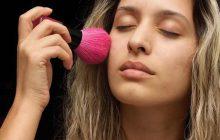 Tes règles te filent des boutons, le teint terne? Voici comment lutter contre la «period face»!