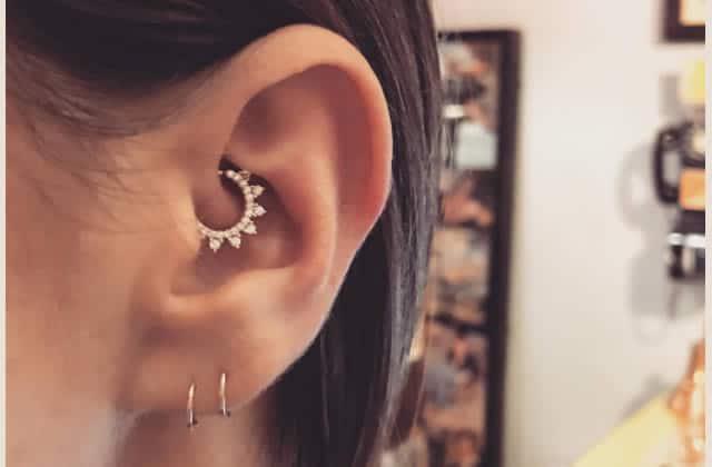 Le piercing au daith gagne en popularité et n'attend que de décorer tes oreilles!