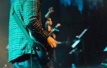 Face à une femme harcelée dans le public, un guitariste quitte la scène pour lui porter secours