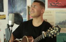 Anwar chante « Let's Get Along » à la guitare acoustique