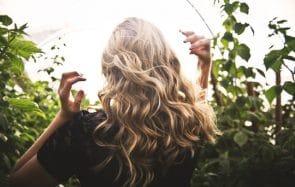 Comment onduler, boucler ou friser ses cheveux sans chaleur (même s'ils sont raides comme des baguettes)!