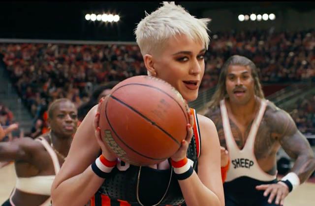 Katy Perry se lance dans un match de basket peu conventionnel pour le clip de Swish Swish