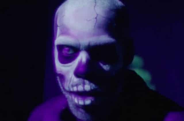 Mat Bastard déambule dans un parc d'attraction désaffecté à l'ambiance Zombillénium dans le clip de Stand As One