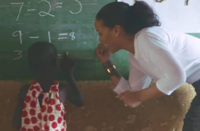 Rihanna et sa fondation offrent des vélos aux petites filles au Malawi