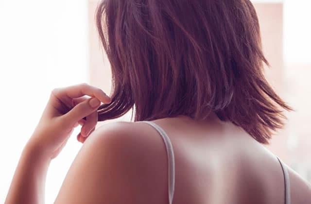 Comment se débarrasser de l'acné du dos (même si on ne la voit pas soi-même car… elle est dans le dos)!