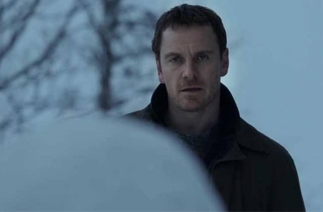 Michael Fassbender mène l'enquête dans l'inquiétante bande-annonce de Bonhomme de neige!
