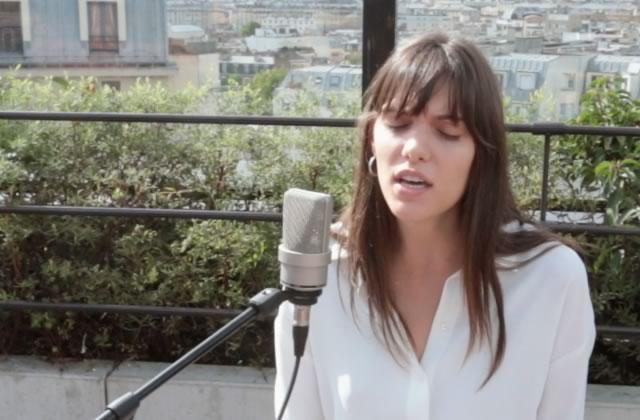 Charlotte Cardin, de sa voix incroyable, interprète magnifiquement Main Girl