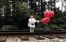 Un enfant déguisé en Grippe-Sou le clown maléfique, pour ne plus dormir de la nuit