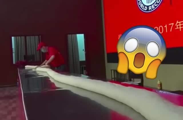 La confection de la nouille la plus longue du monde est absolument fascinante