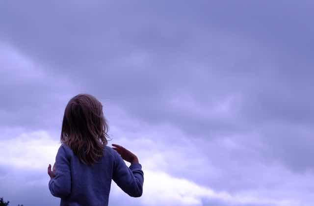 Une petite fille écrit des SMS à son papy décédé, et c'est trop d'émotion