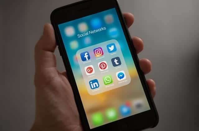 Grandir à l'ère des réseaux sociaux, ça ressemble à quoi?