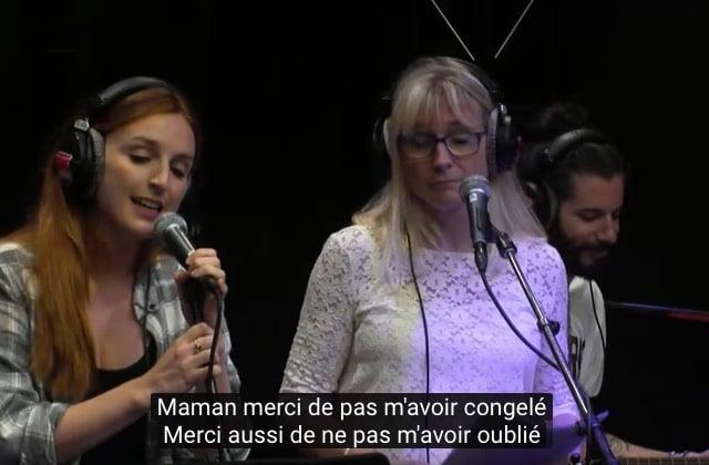Alison Wheeler chante avec sa génitrice pour la fête des mères