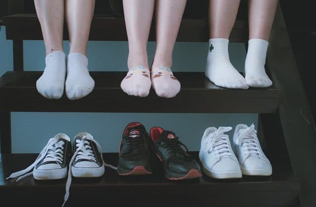 Les pieds qui puent : pourquoi et comment en venir à bout ?
