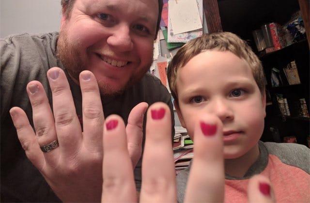 Un enfant harcelé pour son vernis à ongles défendu par son chouette papa