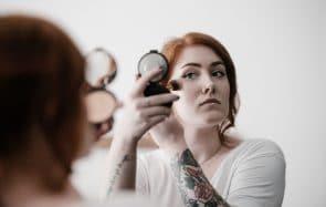 Comment le maquillage peut t'aider à gérer tes complexes