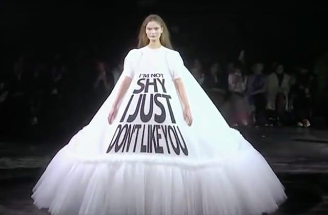 Des robes folles ornées de slogans qui claquent:je suis FAN!
