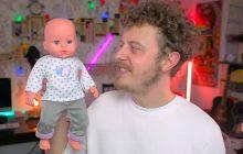 Norman est papa et parle de son bébé en vidéo!