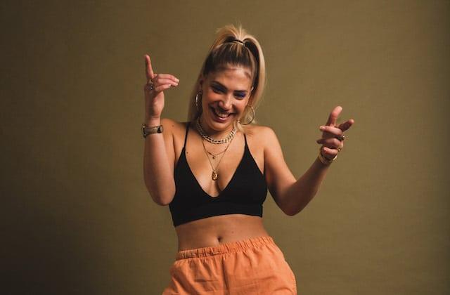 Mara, une chanteuse ultra stylée, sort deux tubes qui vont marquer ton été!